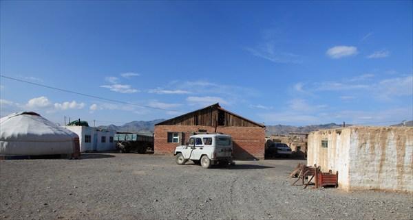 Двор бывшего начальника монгольской таможни. Фотка добрых людей.